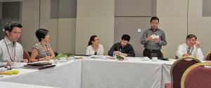 Les membres de BNI Gateway à Singapour énumèrent à tour de rôle les possibilités d'affaires générées par les recommandations de bouche à oreille, de même que la valeur monétaire de chaque contrat conclu.